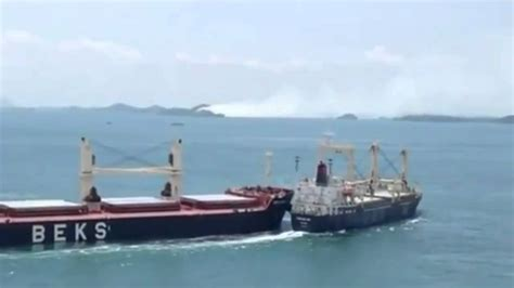 Bulk carriers collide at sea (Video) - YouTube